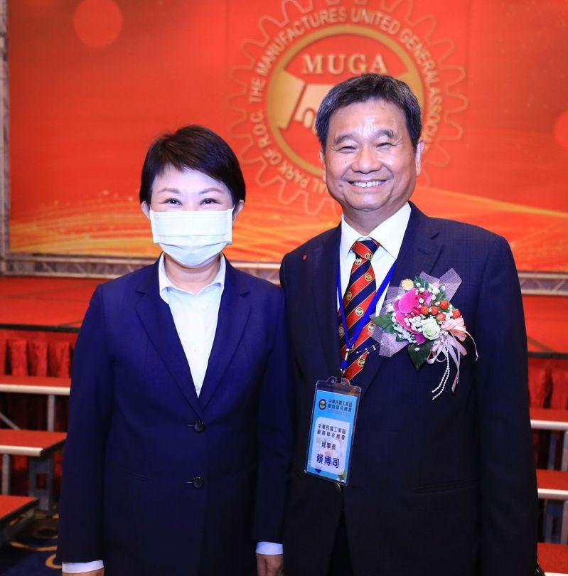台中市長盧秀燕(左)與中華民國工業區廠商聯合總會新任理事長賴博司(右)合影。台中市政府提供