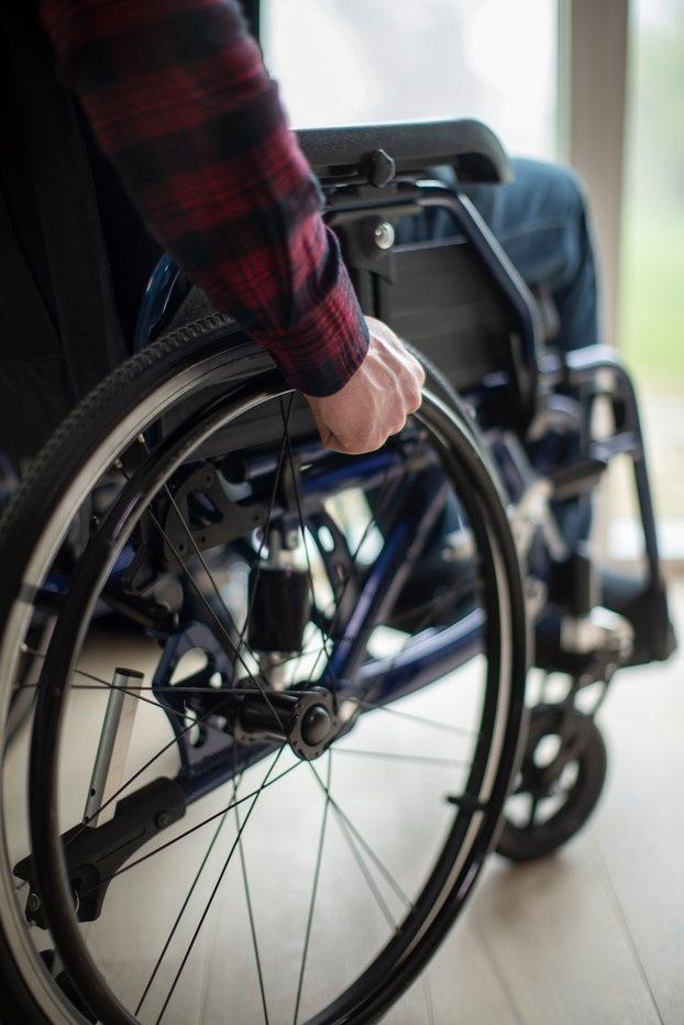 原PO在醫院遇上外籍看護推著坐輪椅的老人搭電梯,卻有一名婦人對著看護大罵「夭壽」,讓她忍不住怒回7字,當場贏得全場微笑認同。示意圖/ingimage