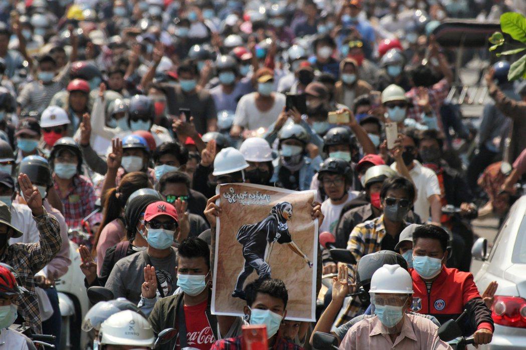 緬甸民眾在3月4日出席抗爭少女Angel鄧家希(Ma Kyal Sin)的葬禮,...