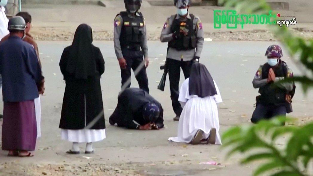 Ann Rose Nu Tawng修女下跪的畫面,被《路透社》,《法新社》的現場...