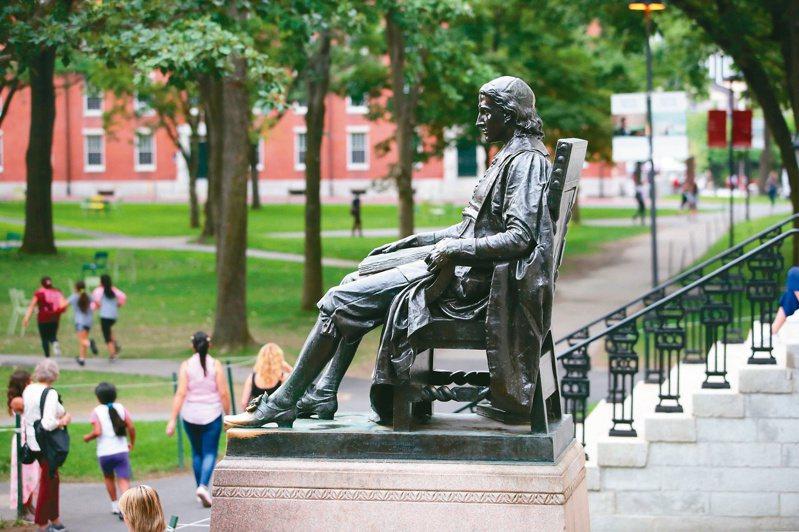 圖為哈佛大學校園內創辦人約翰.哈佛的雕像。圖/美聯社