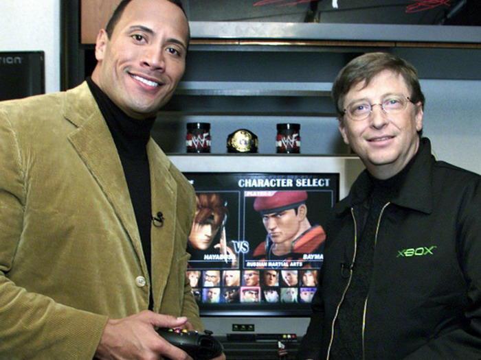 比爾·蓋茲和摔角明星巨石強森為《生死格鬥3》宣傳