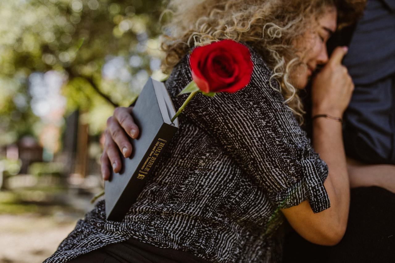 對於已婚或有長期伴侶的人來說,伴侶的死亡恐怕是非常難以接受的現實。 圖/pexe...
