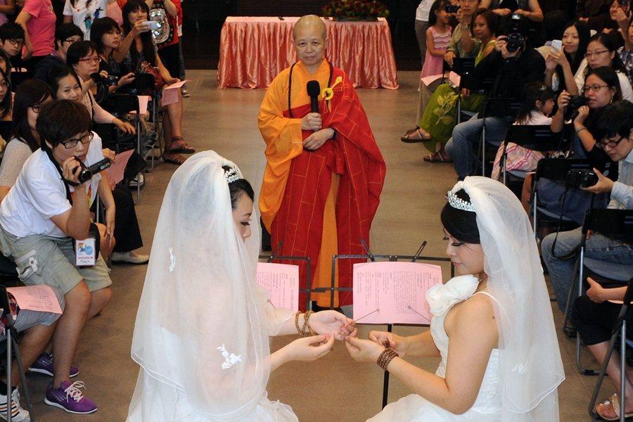 2012年,昭慧法師主持了台灣首場同志佛化婚禮。 圖/法新社