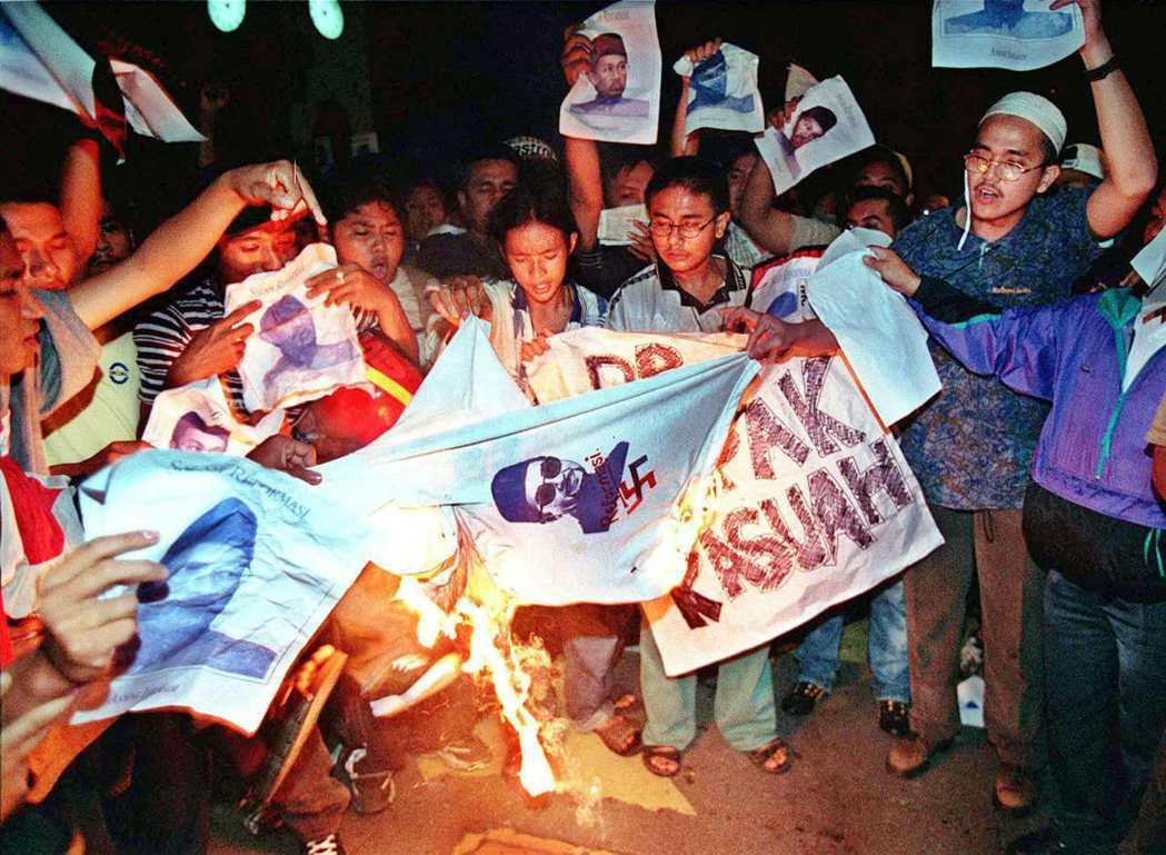 時任副首相安華於1998年被首相馬哈迪革除後,其支持者發起一系列大小的示威和集會...