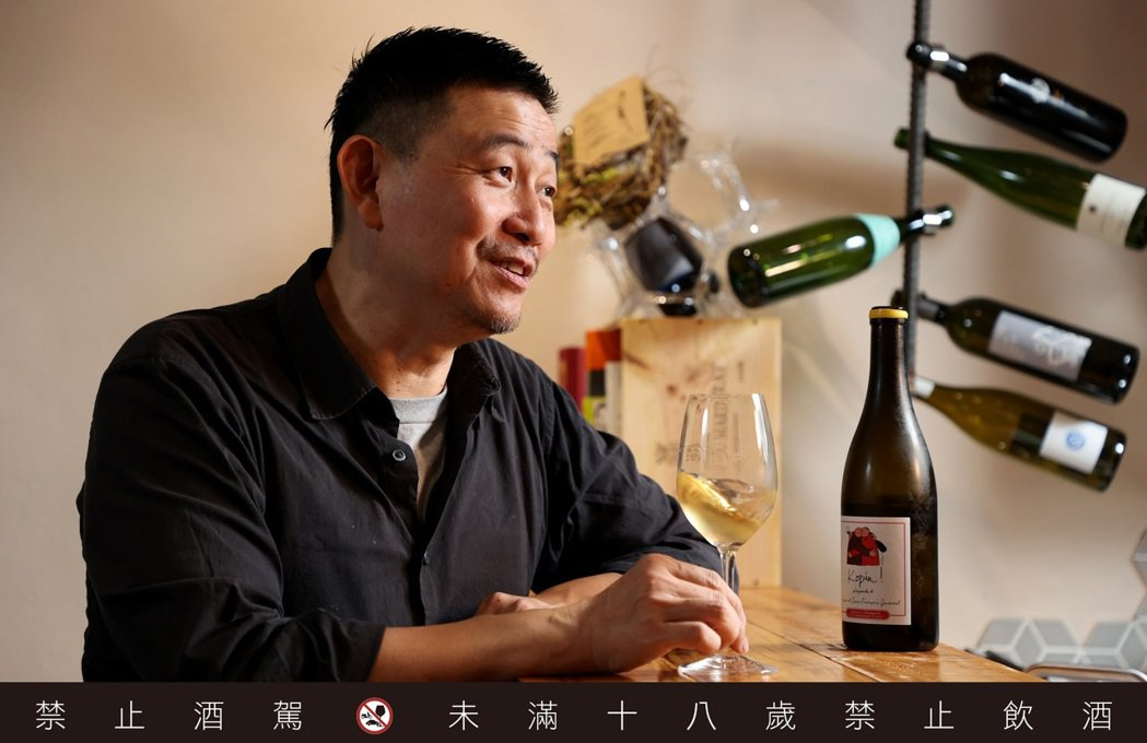 林裕森曾以一本「葡萄酒全書」見證台灣紅酒熱。記者余承翰/攝影 <b style=...