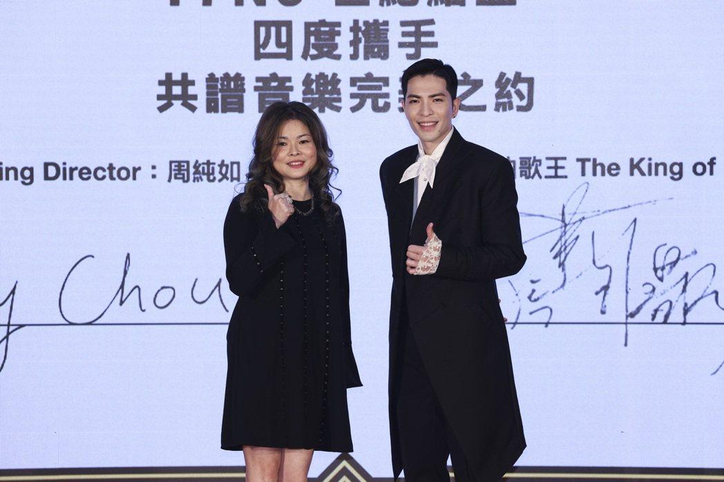 蕭敬騰簽約完成與華納音樂公司高層合影。記者王聰賢/攝影