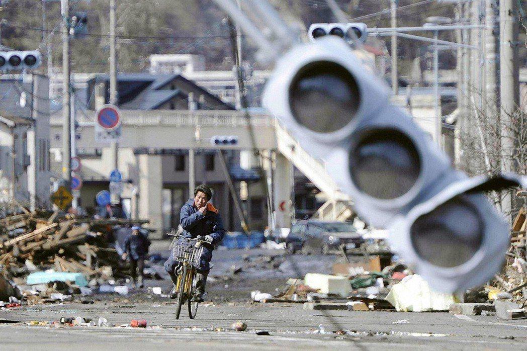 圖攝於2011年3月12日,地震發生隔天的岩手縣宮古市。 圖/路透社