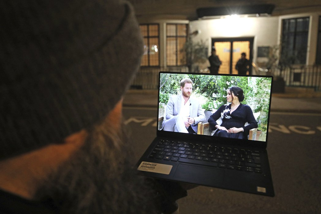 圖為近日引發爭議的英國哈利王子和妻子梅根專訪。 圖/美聯社