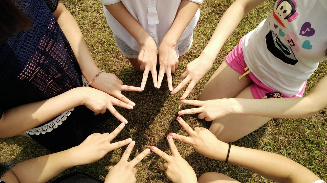 圖片來源:https://pixabay.com/zh/photos/team-friends-teamwork-corporate-1381084/