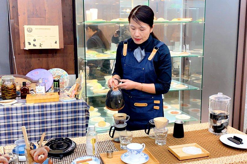 中國科大觀管系老師何秀菊利用備長炭水來製作手沖咖啡。 中國科大/提供