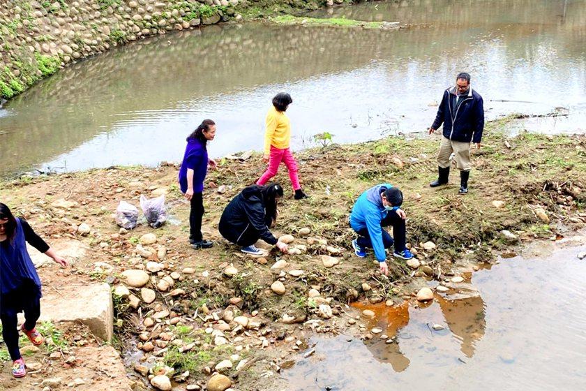 中國科大師生與村民一同清潔與維護糞箕窩溪環境。 中國科大/提供