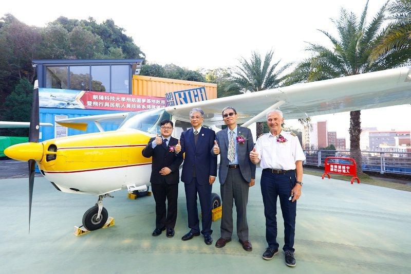 朝陽科大校長鄭道明(左二)積極籌設航空學院,國際化成果亮眼。 朝陽科大/提供