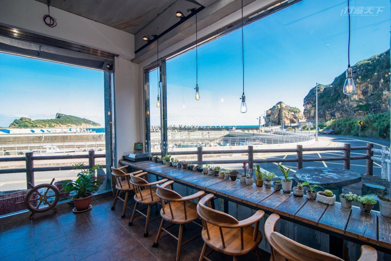 一粒沙咖啡館的海景窗台,看出去就是東澳漁港。