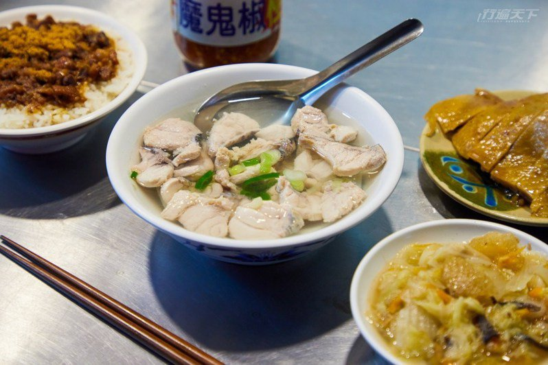 滿滿旗魚腹肉鮮魚湯一碗只要 70 元,湯頭清甜,魚肉處理細膩,完全沒有腥味。