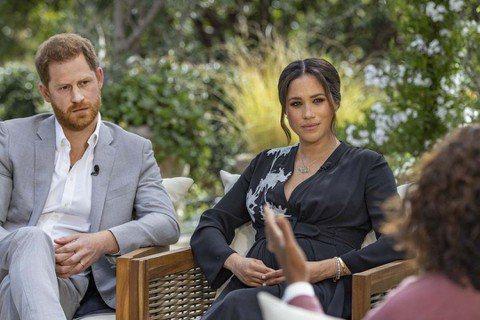 英國人嘴上說不想看哈利王子與梅根接受歐普拉電視專訪,結果時間一到,還是乖乖守在電視機前面收看,不管英國ITV播出這個節目已經是比美國晚的「2輪」,依舊吸引超過1240萬以上的觀眾收看,平均觀眾數達1...