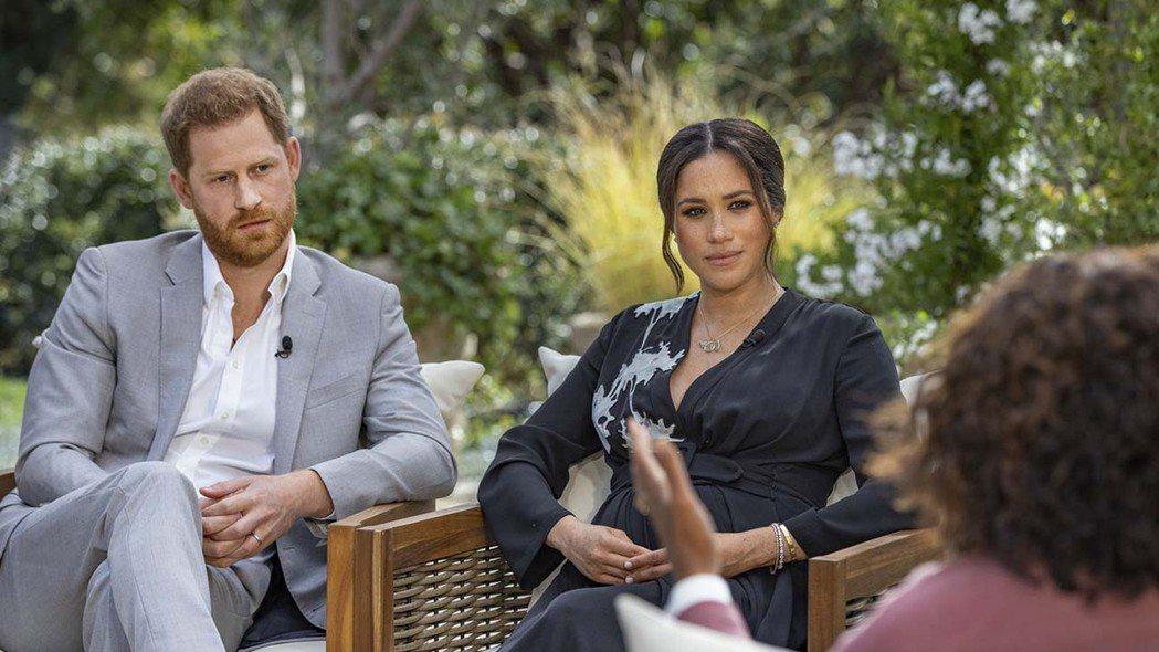哈利(左起)與梅根接受歐普拉的訪問,在英國成為年度收視最出色的節目之一。圖/路透