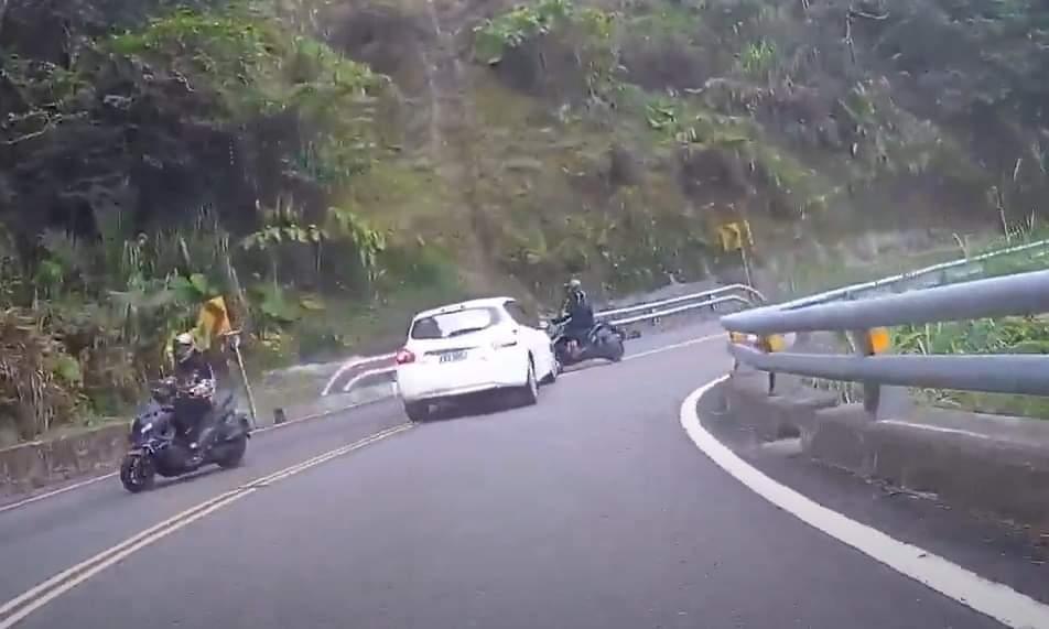 白車駕駛疑似駕車時恍神,撞翻對向機車。圖/紀均霖提供