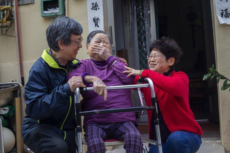 92歲的金瓜阿嬤與腦性麻痺的孫子住惠民二村中,阿嬤老邁行動不便,就醫更困難,惠民...