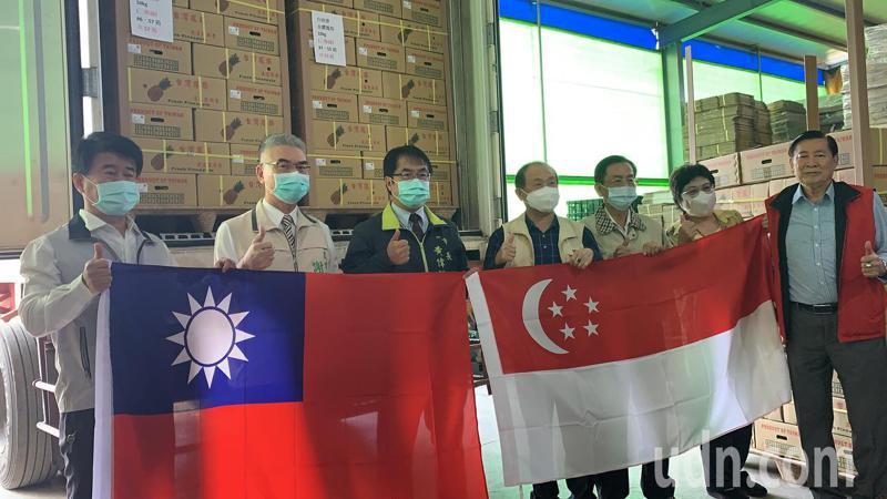 新加坡台商會訂購台灣鳳梨挺農民今天有25公噸裝櫃。記者吳淑玲/攝影