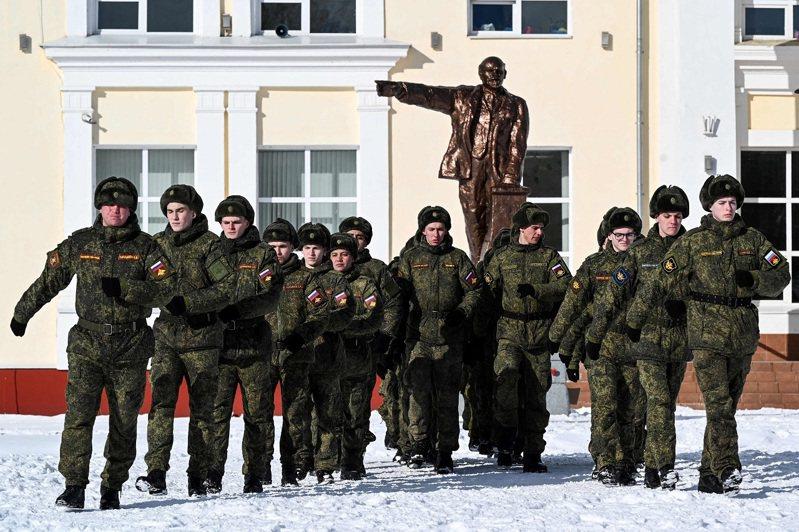 俄羅斯佩列斯拉夫爾-扎列斯基(Pereslavl-Zalessky)的一群士兵5日列隊操演。法新社