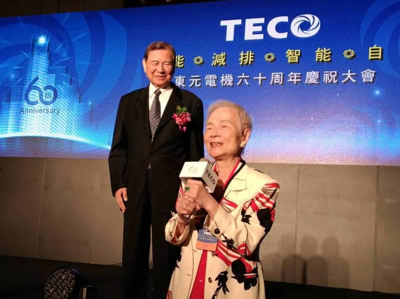 2016年東元六十周年慶,會長黃茂雄(左)致詞時,有「東元阿嬤」之稱的林明穱(右)現身,感謝支持。圖/聯合報系資料照片