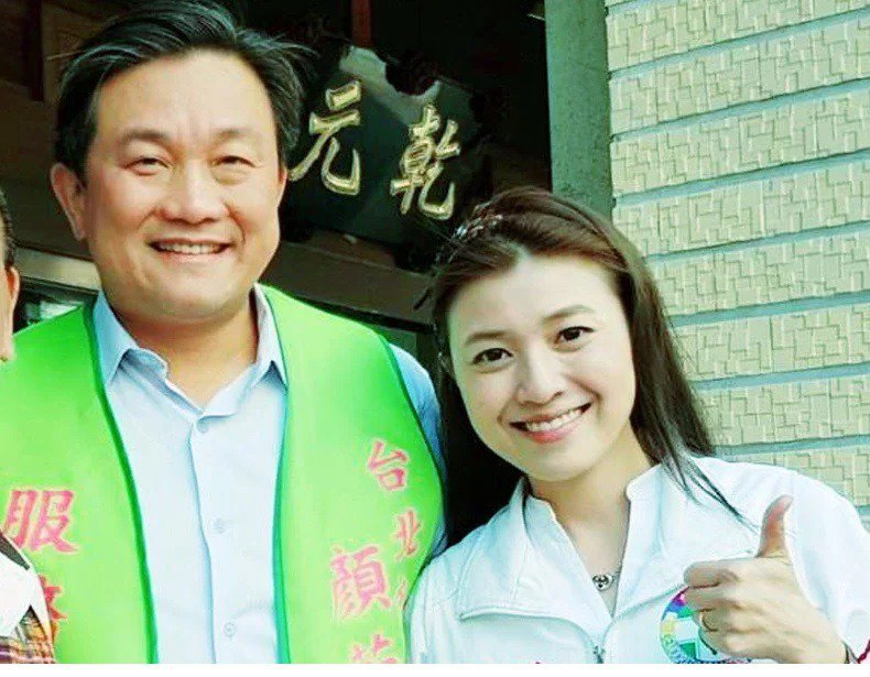 立委王定宇(左)昔日曾陪同參選台北市議員黨內初選的顏若芳(右)掃街拜票。 圖/摘...