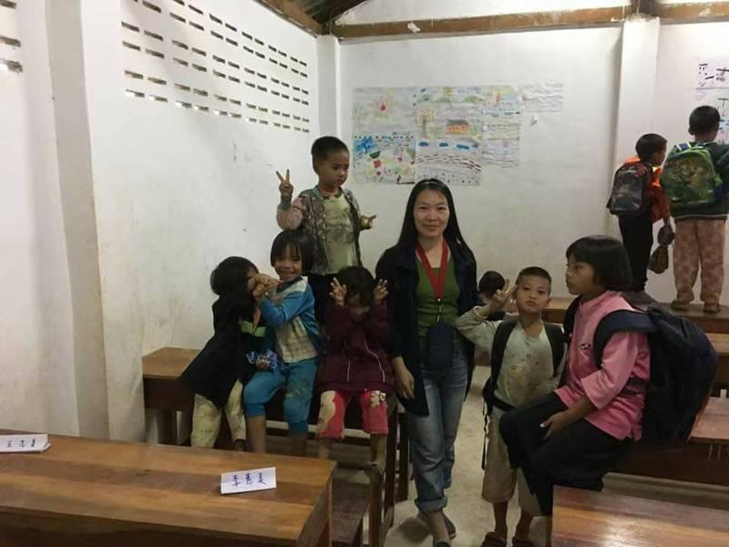 林彩娟曾帶著新北玩具銀行的二手玩具到泰國北部當志工。圖/林彩娟提供