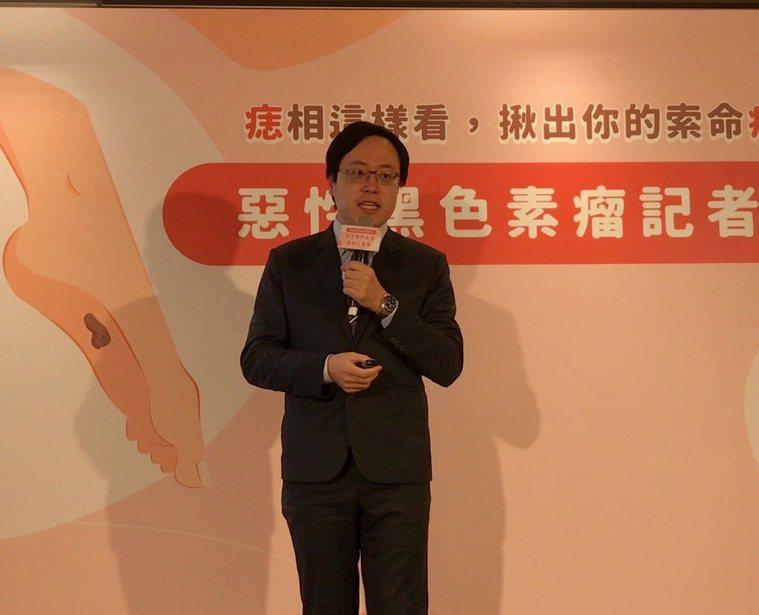 林口長庚醫院腫瘤科主治醫師吳教恩表示,已有治療黑色素瘤的雙標拔藥物,能延長患者存...