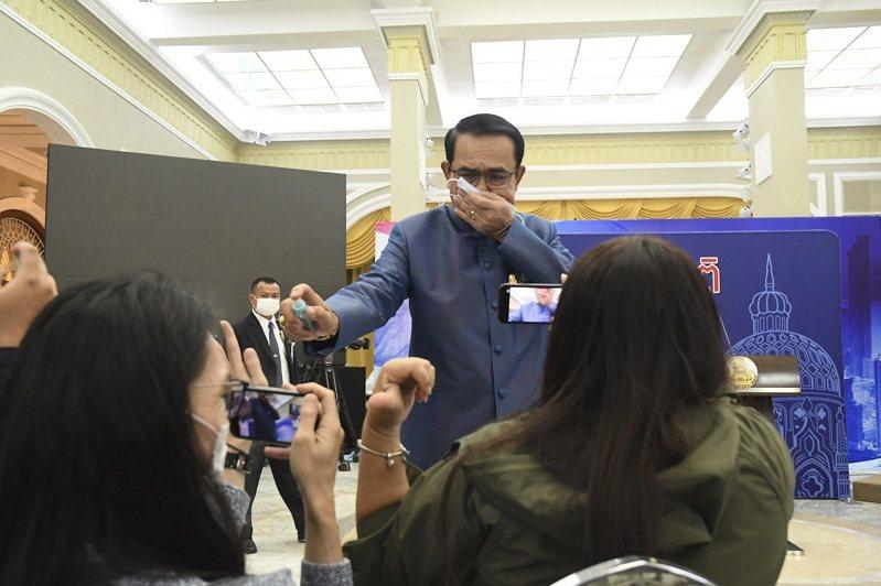 泰國總理帕拉育9日為避免持續被追問內閣改組問題,竟拿著隨身消毒液朝著記者一陣狂噴。美聯社