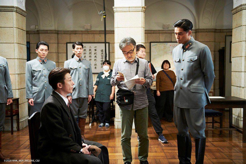 《間諜之妻》導演黑澤清於片場向高橋一生與東出昌大說明拍攝過程。可樂提供