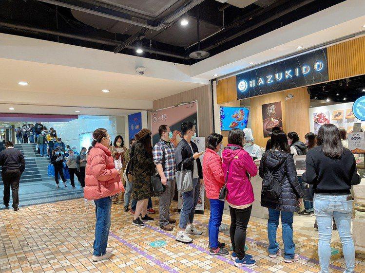 「八月堂」全新二代店今日在台北統一時代百貨B2開幕,排隊人潮踴躍。圖/八月堂提供