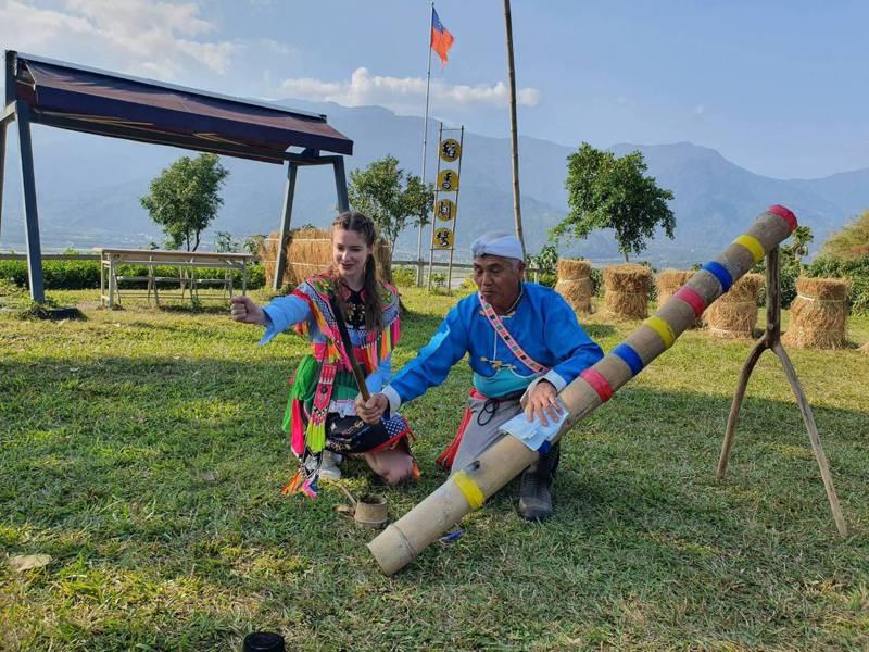 藝人安妮擔任花東小鎮自行車漫旅代言人,體驗電光部落竹炮。圖/名衍行銷提供