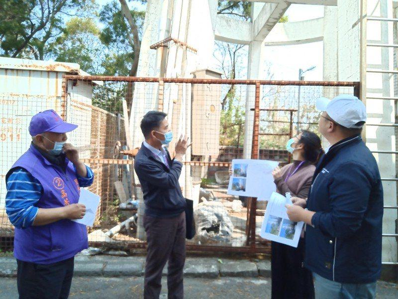台中市外埔區一座老舊大型水塔藏危機,中市議員施志昌今找相關單位會勘將拆除。記者游振昇/攝影