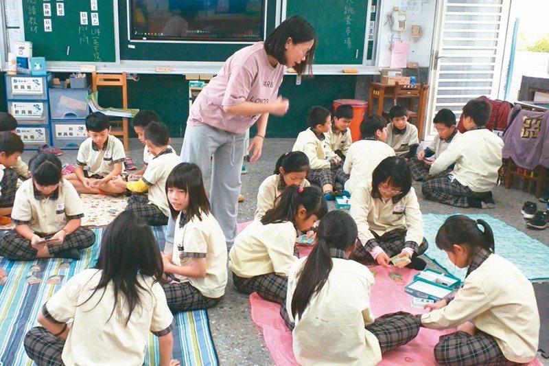 國內中小學教師甄試,口試僅20多分鐘就要決定應徵者未來30年是否適合當老師,有專家建議應延長口試時間。圖為中小學教師上課示意圖。圖/嘉義市教育處提供