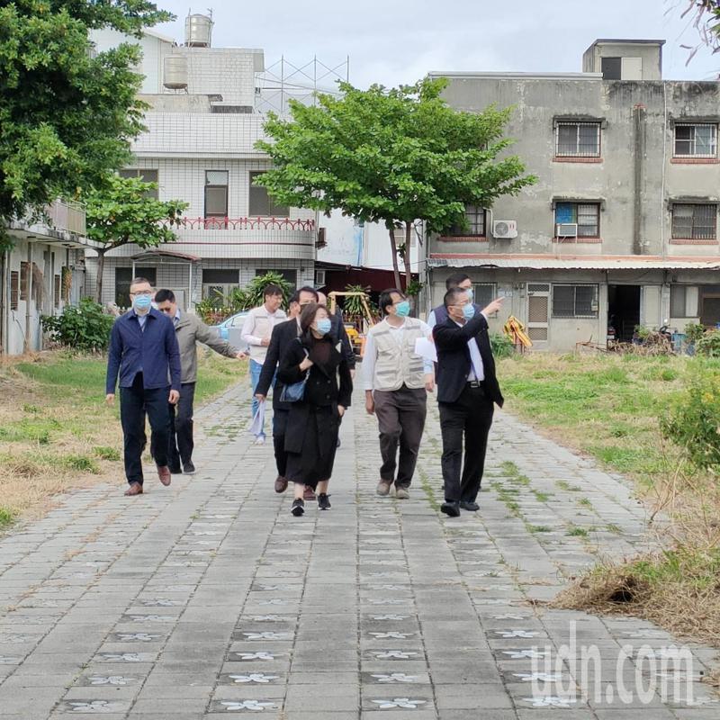 內政部長徐國勇(右)視察時說,社會住宅完工啟用後,將留5%的房屋給年輕警消入住。記者尤聰光/攝影