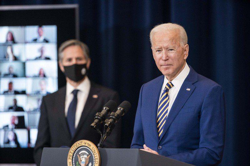 美國總統拜登(右)將於12日與日印澳領袖舉行「四方安全對話」領袖會議。圖為拜登日前到美國國務院發表談話。路透