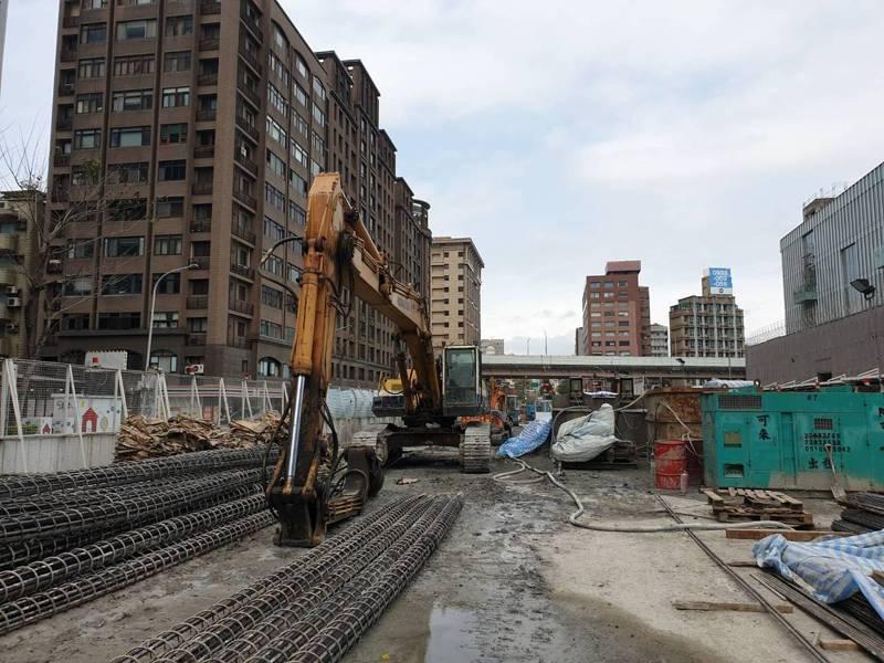 針對大巨蛋鋼筋掉落事件,遠雄發言人楊舜欽表示會概括承受所有責任。圖/北市勞動局提供