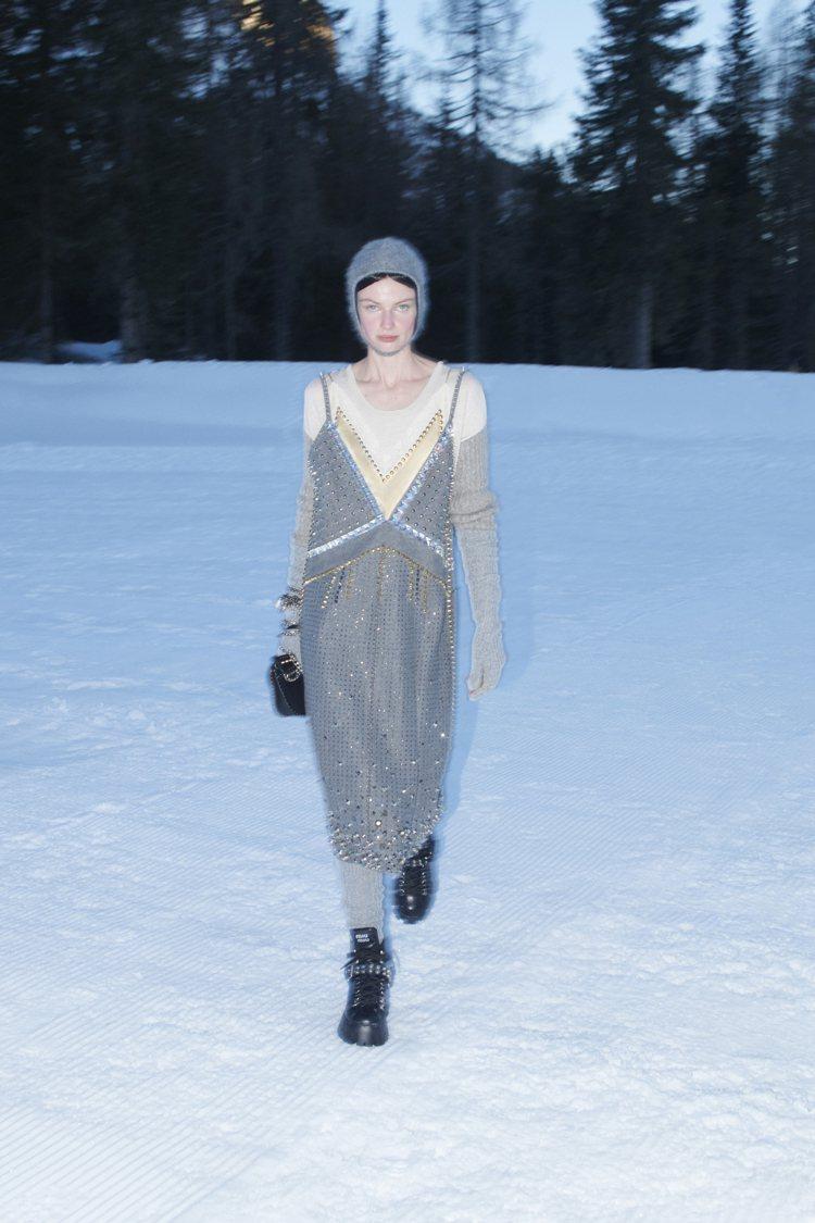 真絲綢緞洋裝及蕾絲元素勾勒出精緻與親密感,並結合鉚釘鑲鑽細節增添衝突對比。圖/M...