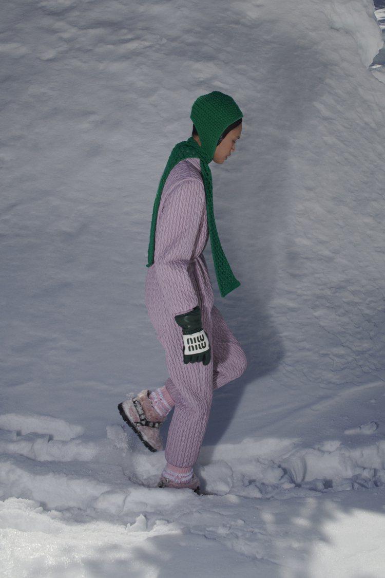 配有Miu Miu字樣點綴的手套,以及外套上的星星圖樣,也注入了一點率性街頭風格...