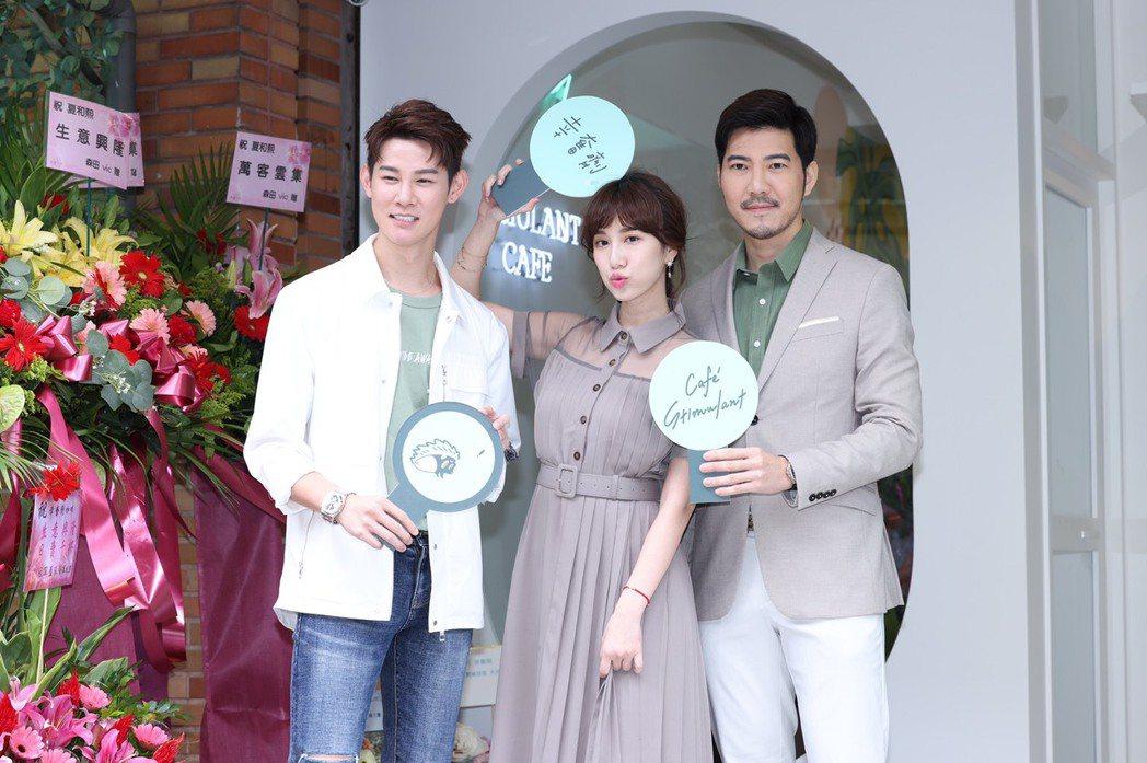 夏和熙(左起)、Apple和趙國翔出席咖啡廳開幕。記者王聰賢/攝影