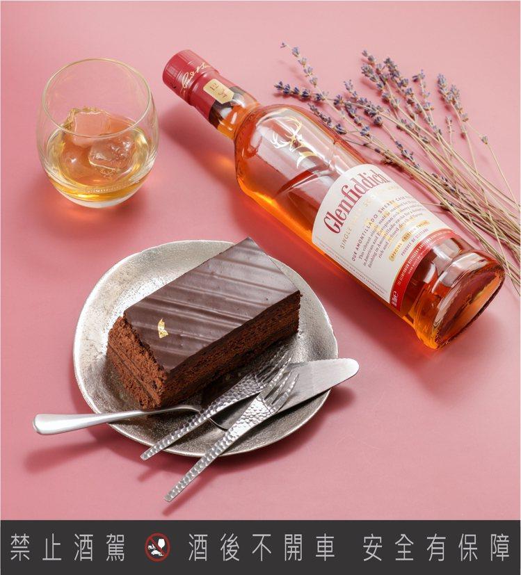 令人臉紅害羞、緊張不已的「曖昧期」——格蘭菲迪12年天使雪莉+苦甜巧克力蛋糕。圖...