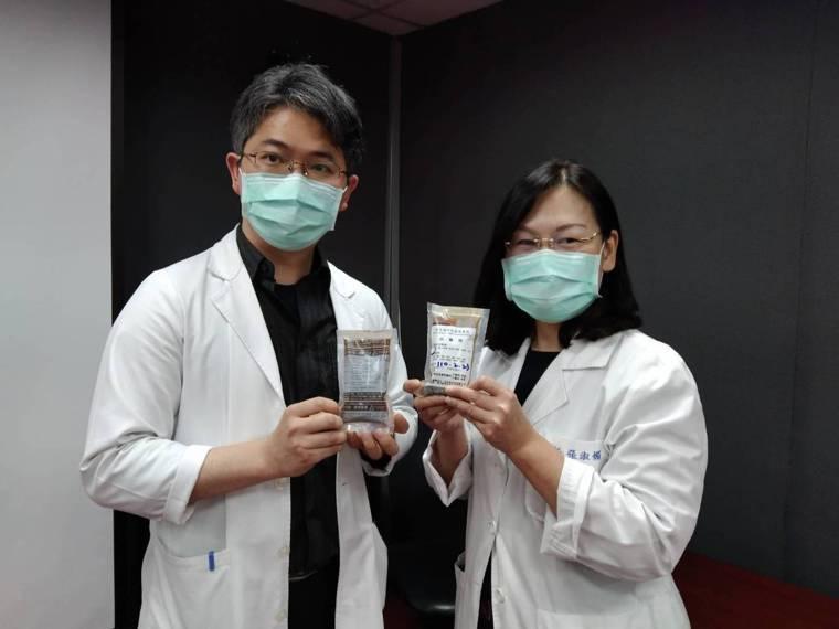衛生福利部基隆醫院中醫科提供兩種養生茶飲,供民眾選購飲用。記者邱瑞杰/攝影