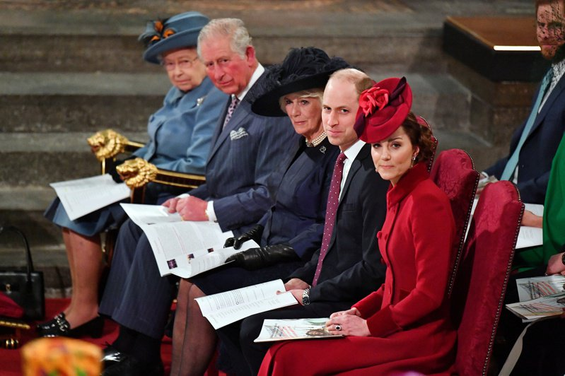 據說女王的父親喬治六世曾宣稱,王室不是一個家族,「我們是一家公司」。圖為女王伊麗莎白二世(左)9日率家族成員,在倫敦西敏寺參加國協日慶典。路透