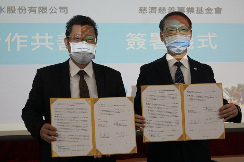 台灣自來水公司副總經理李嘉榮(左)與慈濟基金會執行長顏博文代表共同簽署合作備忘錄。圖/台灣自來水公司提供