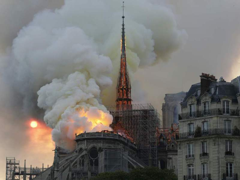 巴黎聖母院2019年發生大火,光是重造塔尖就需千棵百年老樹。法新社