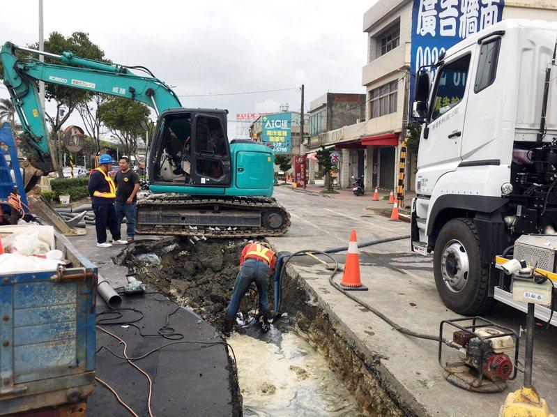 台電在蘆竹區南山路3段施工不慎挖破30公分自來水管線,自來水破管大量流失,一度造成420戶居民停水或減壓供水不便。圖/ 自來水公司二區處提供