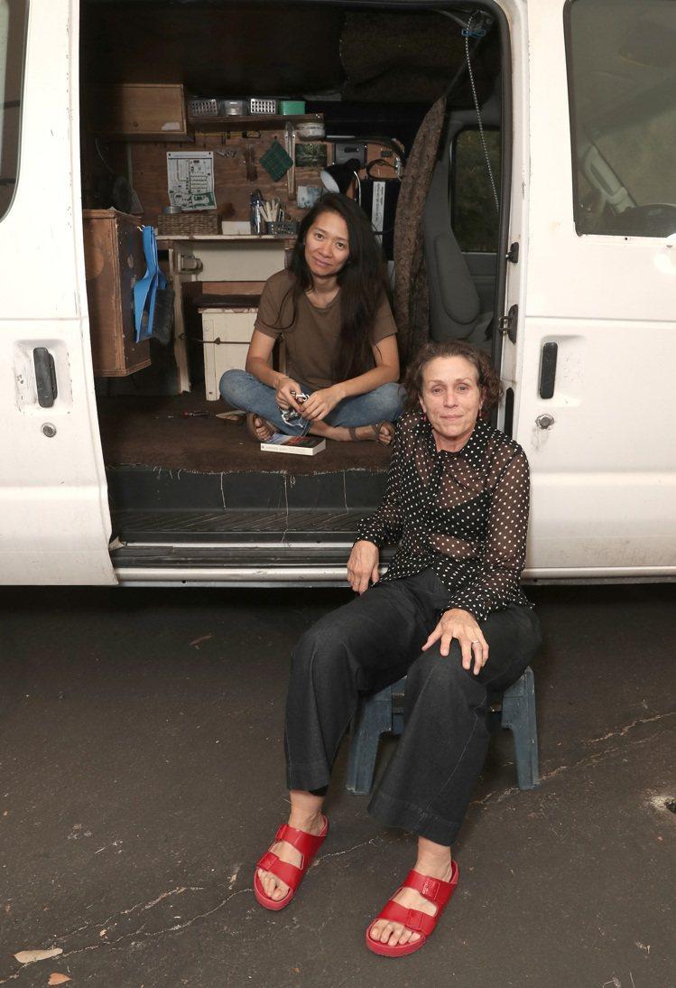 「游牧人生」導演趙婷、女主角法蘭西絲麥朵曼。圖/探照燈影業提供