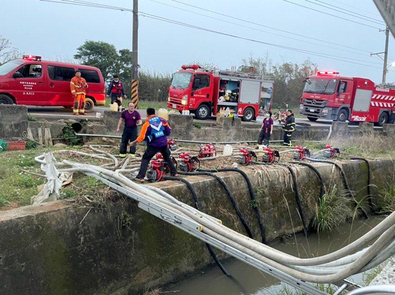 桃園市消防局展開節水大作戰,以抽水幫浦在火場附近埤塘、水圳抽水滅火,抽水幫浦成救災配備之一。 記者曾增勳/翻攝