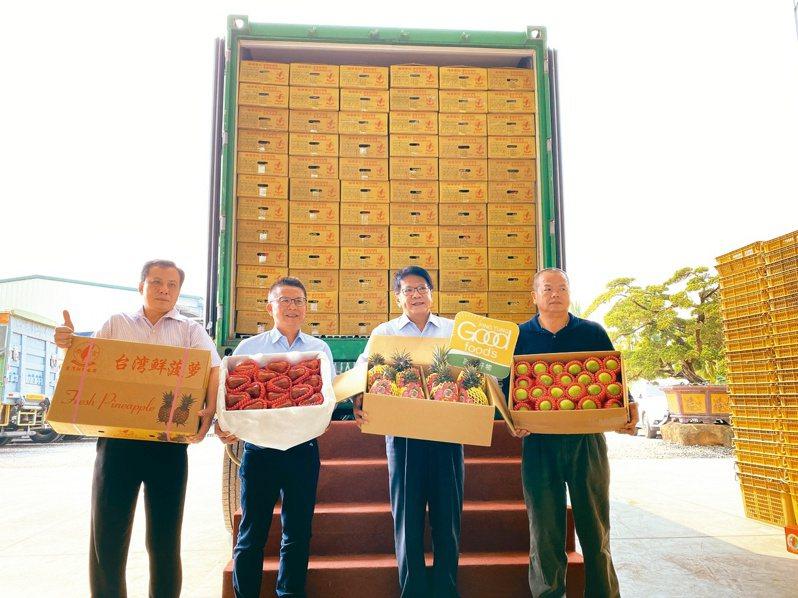 屏東縣長潘孟安(右二)昨參加鳳梨外銷新加坡封櫃。記者劉星君/攝影